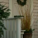 Korvitäis kuldseid pajuoksi. Oksad on seotud puntideks ja viinapuupärjad hoiavad neid omavahel hästi koos.Pühadekaunistused oma aiast. Aiakujundus_00005