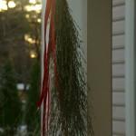 Viimased lume käest päästetud kõrreliste õisikud on lihtsalt punase paelaga punti seotud. Pühadekaunistused oma aiast. Aiakujundus_00007