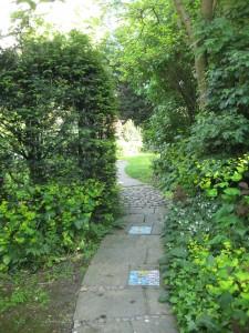 Mosaiikplaadid aiateede sees lisavad põnevust