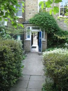 värav aeda elumajade vahelt